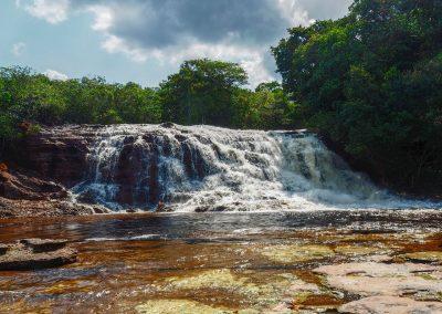 Ein wunderschöner Wasserfall mitten im Dschungel lädt zum Baden ein.