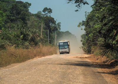 Jetzt in der Trockenzeit kommen auch Busse durch. Sobald es regnet, geht das nicht mehr.