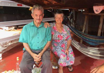 Die herzliche alte Frau mit ihrem Mann.