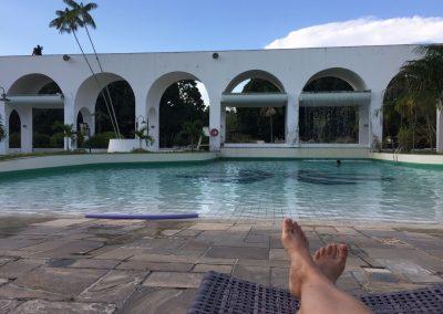Beim 5-Sterne-Hotel dürfen wir auf dem Parkplatz übernachten und am Pool entspannen – für 1.25 CHF pro Nacht!