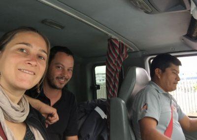 Zusammen mit unserm Landy fahren wir im LKW ins Zollfreilager.