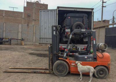 Was, mit diesem Hubstapler soll das Auto heraus geholt werden?!? Der Hund traut ihm auch noch nicht so ganz.