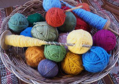 Aus farbig gefärbter Wolle…