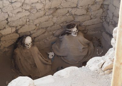 Bis die Gräber geöffnet und so gelassen wurden. Nun fegt der Wind die Schädel blank.