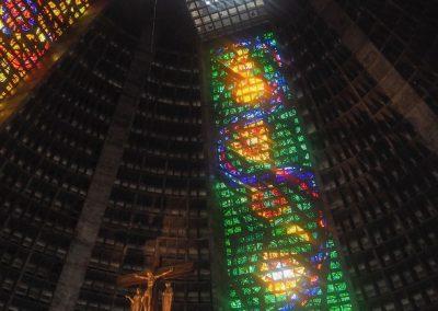 Eine farbige Interpretation des Kreuzses im Dachhimmel.