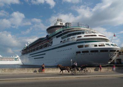 Jeden Tag ein anderer Luxuskreuzer im Hafen von Havanna.