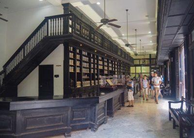 Antike Apotheke, welche aber noch in Betrieb ist.