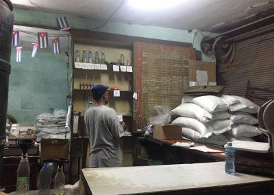 Staatliche Abgabestelle von Lebensmitteln; hier Reis und Öl.