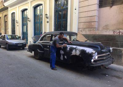 Liebevolles Restaurieren der alten Autos.