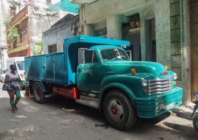 Sogar die Lastwagen sind antik.