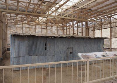 Ein aufwändiges und sehr modernes Schutzgebäude … für eine Blechhütte?!? Darin befindet sich anscheinend ein heiliger Stein (den wir gerne gesehen hätten)