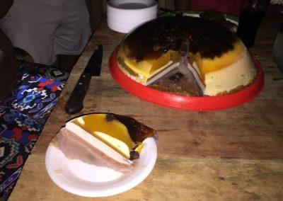 Zum Dessert gibt's Gelatine-Torte selbst gemacht. War süss aber lecker!