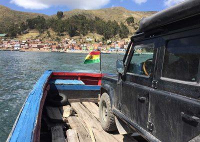Und noch einmal überqueren wir, diesmal mit dem Auto, den See per Boot.