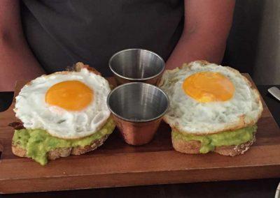 Spiegelei auf Avocado-Toast. Mmmmh, lecker!