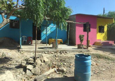 Farbige Häuser frischen das Strassenbild auf.