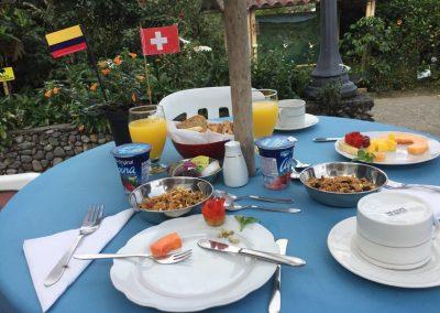 Der Tag beginnt mit einem Frühstück mit Landesflagge.
