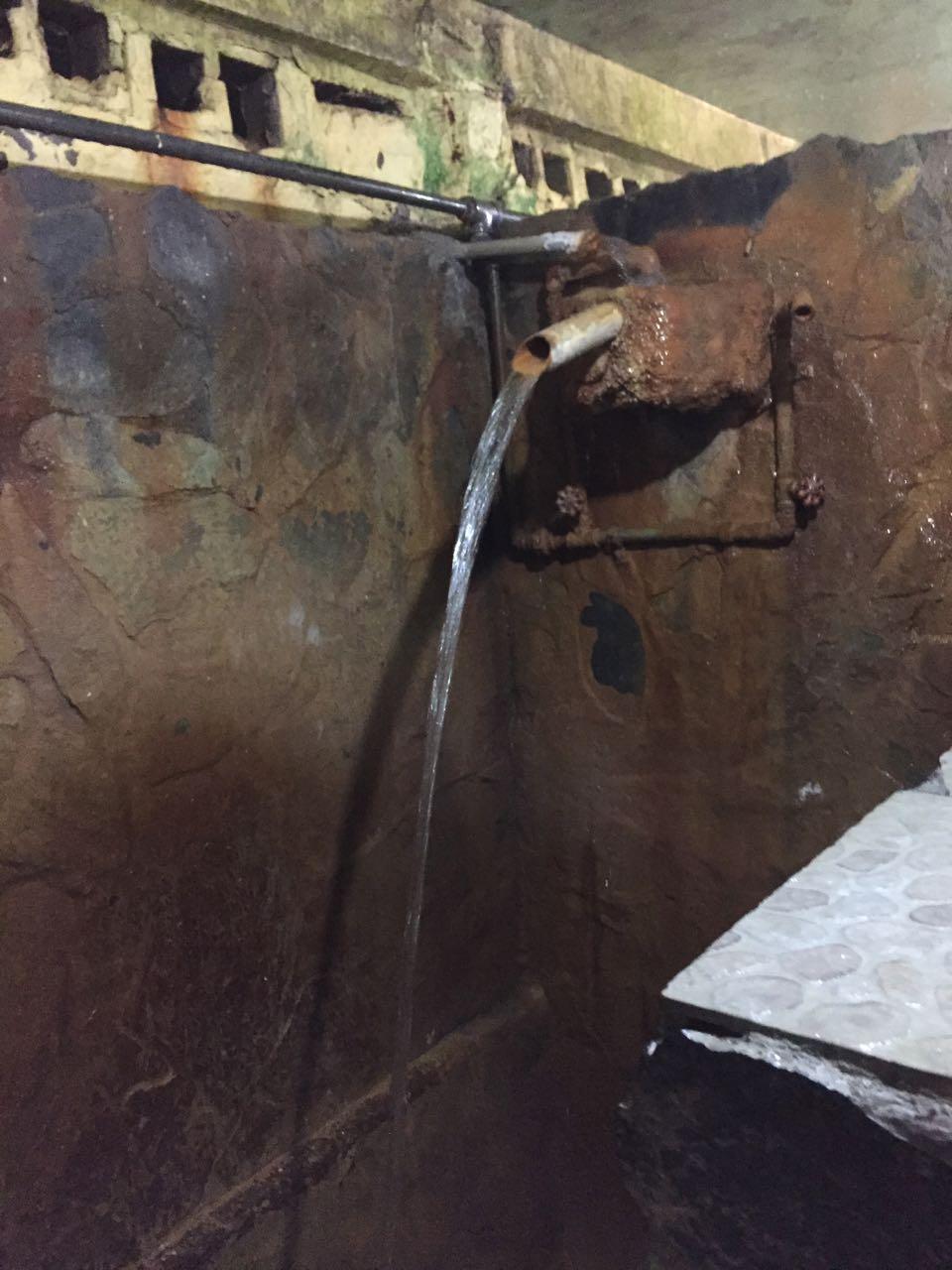 Das heisse Wasser kommt direkt aus der Quelle und ist sehr stinkig.