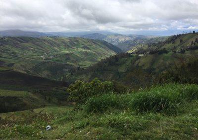 Die Berge in Ecuador sind bis hoch oben mit Feldern bebaut.
