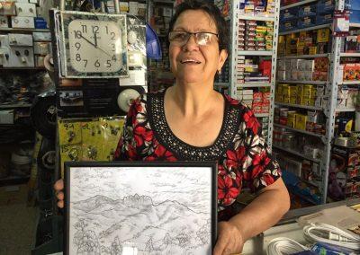 Eine Frau in Vilcabamba erklärt uns anhand einer Zeichnung, warum hier die Leute so alt werden…