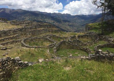 Ruinen von hunderten runder Häuser sind auf ganz Kuelap verstreut.