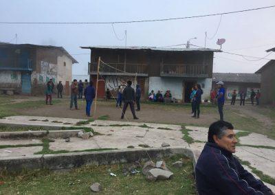 Das ganze Dorf trifft sich auf dem Platz und spielt Volleyball