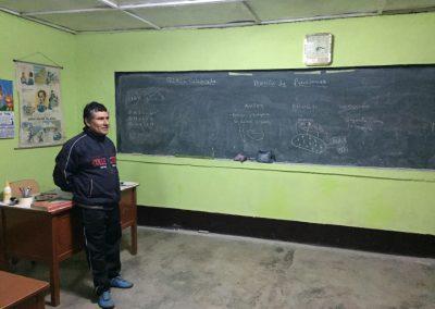 Der Lehrer zeigt uns die Schule