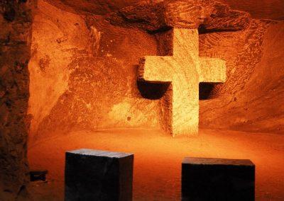 Der Kreuzweg Jesu, dargestellt mit verschiedenen Kreuzen.