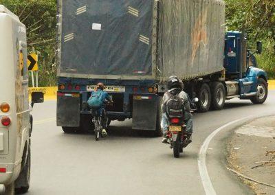 So geht's definitiv schneller: riskanter Velofahrer.