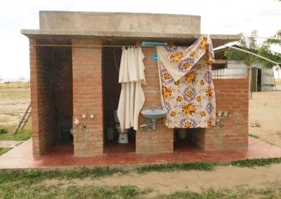 Das WC… wenn es zu fest windet, bläst es den Vorhang weg…