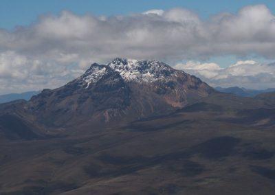 Ein anderer Vulkan in der Ferne.