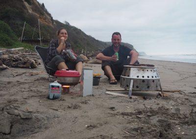 Wir geniessen das Bräteln am Strand.