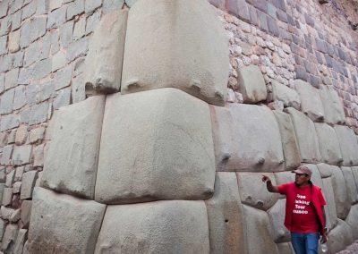 Unser Stadtführer erklärt uns die Bauweise der Inkas