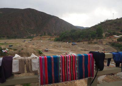 Und die Wäsche wird auf dem Brückengeländer getrocknet.